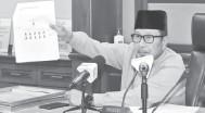 ?? — Gambar Bernama ?? ZAKAT: Ahmad Hairi menunjukkan gambar kedudukan pembayar zakat fitrah secara bersemuka ketika majlis Pengumuman Kadar Zakat Fitrah Negeri Pahang Tahun 1442H / 2021 semalam.