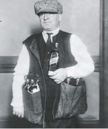 ??  ?? Los contrabandistas también idearon chalecos de este estilo para trasladar las botellas de un sitio a otro.