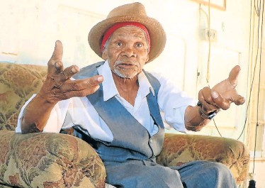 ?? Picture: BRIAN WITBOOI ?? FIGHTING FIT: Colchester's Oom Jan Steenberg, now 114, just keeps on going