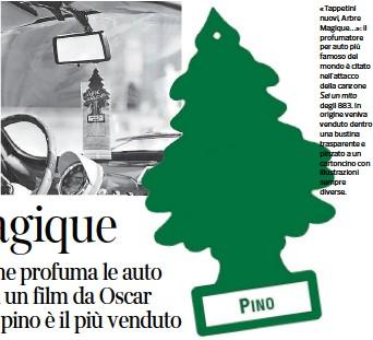??  ?? «Tappetini nuovi, Arbre Magique…»: il profumatore per auto più famoso del mondo è citato nell'attacco della canzone Sei un mito degli 883. In origine veniva venduto dentro una bustina trasparente e pinzato a un cartoncino con illustrazioni sempre diverse.