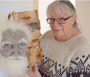 ?? Photo : Ruby Irene Pratka ?? Rosemarie Péloquin présente Frédéric, une de ses sculptures en laine qui nous regarde, comme venue d'une autre ère.