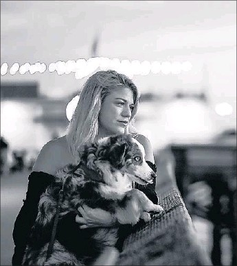 ?? Christina House Los Angeles Times ?? TERRA NEWELL with her dog, Cash. She felt as if her step­fa­ther, John Mee­han, was some­how watch­ing her; she liked to have friends crash at her New­port Beach apart­ment so she wouldn't be alone.