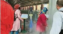??  ?? 团结部官员进入寺院前,除了测量体温和登记MySejahtera之外,也必须通过消毒门。