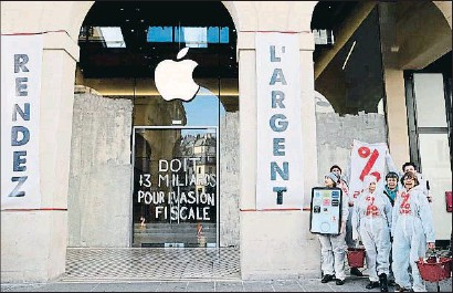 ?? THOMAS SAMSON / AFP ?? Una protesta de l'associació Attac en contra de la política fiscal de les multinacionals
