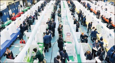 ?? Picture: ESKOM ?? YOUNG SCIENTISTS: To mark the end of national science week, the Eskom Expo for Young Scientists regional science fair in Cape Town enabled 732 bright young minds to address the water and energy crisis to win bursaries and scholarships from several...
