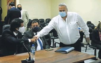 ??  ?? El exsenador colorado Óscar González Daher saluda al abogado Carmelo Caballero.