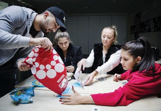 ?? Bilder: JONAS LINDSTEDT ?? PÄRLOR. Omar Atwe häller ut alla pärlorna på bordet så att de kan hitta bokstäverna och siffrorna de behöver. Lollo Fathalla, Linnéa Mattsson och Nellie Andersson samlar ihop pärlorna.