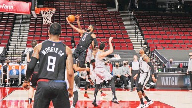 ?? (AFP) ?? PAUL GEORGE of the Los Angeles Clippers slashes his way to the basket against the Portland Trail Blazers yesterday at the Moda Center Arena in Portland, Oregon. The Clippers rallied behind George to edge the Trail Blazers 113-112.