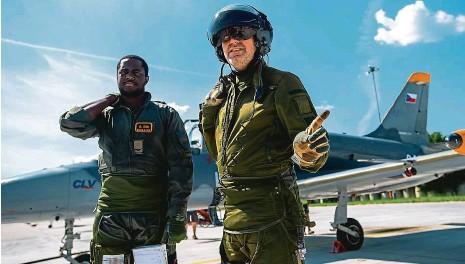 ??  ?? patří k nejnáročnějším úkolům i pro zkušené piloty. Zlepšovat se mohou v pardubickém Taktickém simulačním centru. Podobné pracoviště je pouze ve Švédsku. Kromě českých vzdušných sil trénuje Centrum leteckého výcviku i Nigerijce.