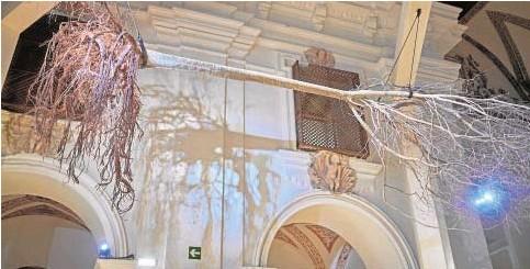 ?? // ABC ?? Un árbol colgado del techo de la iglesia de San Agustín de Almagro, eje de la exposición de Gerardo Vera