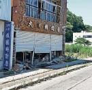 """?? FOTOS: FELIX LILL ?? Die Einwohner haben ihren Schrein (rechts) restauriert, """"damit die Götter wieder herkommen können"""": Der Rest von Futaba, durch das Chronist Tatsuhiro Yamane (oben) führt, ist eine Geisterstadt."""