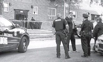 ?? MCKENNA OXENDEN/BALTIMORE SUN ?? Baltimore police respond last month to an apartment where 8-year-old Davin Thomas Jr. and his sister, 6-year-old Da'neria Thomas, were found dead. Their mother, Jamerria Hall, has been charged.