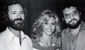 ??  ?? Joel Silver, a la der., junto al productor Lawrence Gordon y la actriz Olivia Newton-john.