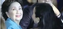 ??  ?? The Queen of Philippine Movies Susan Roces and her daughter Sen. Grace Poe (face partly hidden) enjoyed the grand gathering with the Monteverdes and longtime showbiz friends