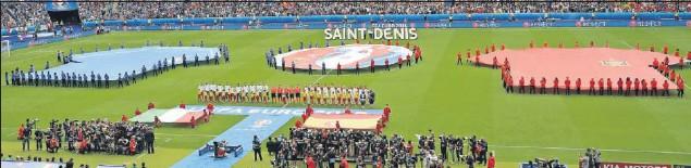??  ?? Las selecciones de Italia y España posan antes de enfrentarse en los octavos de final de la Eurocopa de 2016.