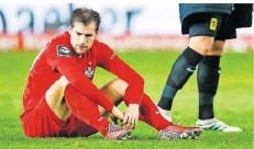 ?? FOTO: NEIS/EIBNER/IMAGO IMAGES ?? Hendrick Zuck sitzt auf dem Rasen, blickt enttäuscht zu Boden. Nach dem Derby gegen Saarbrücken soll das nicht so sein, hofft er.