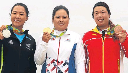 ??  ?? Lydia Ko, Inbee Park and Shanshan Feng show off their medals yesterday.