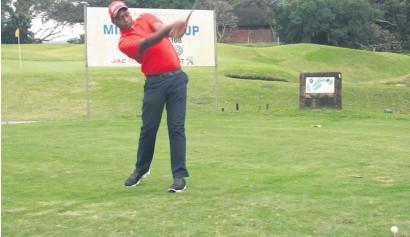 ??  ?? Bheki Mthethwa practises a few warm-up swings