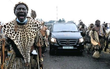 ?? Picture: Sandile Ndlovu ?? The funeral precession of King Goodwill Zwelithini makes its way to his ancestral home and final resting place at KwaNongoma, in northern KwaZulu-Natal.