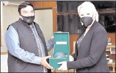 ??  ?? ISLAMABAD Interior Minister Sheikh Rashid Ahmed presenting a souvenir to Her Excellency Ms. Angela P. Aggeler, US Charge' d' Affaires who called on him at Ministry of Interior. -APP
