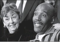 ?? 2001, THE ASSOCIATED PRESS ?? Marie Deans smileswith former death rowinmate Earl Washington Jr., whowas released fromprison thanks to DNA tests showing hewas wrongly convicted in the 1982 rape and slaying of Rebecca LynnWilliams.