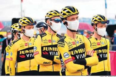 ?? FIRMA DEL FOTÓGRAFO ?? Los corredores del Jumbo-Visma, en una de las salidas recientes del Giro antes de la retirada del equipo.