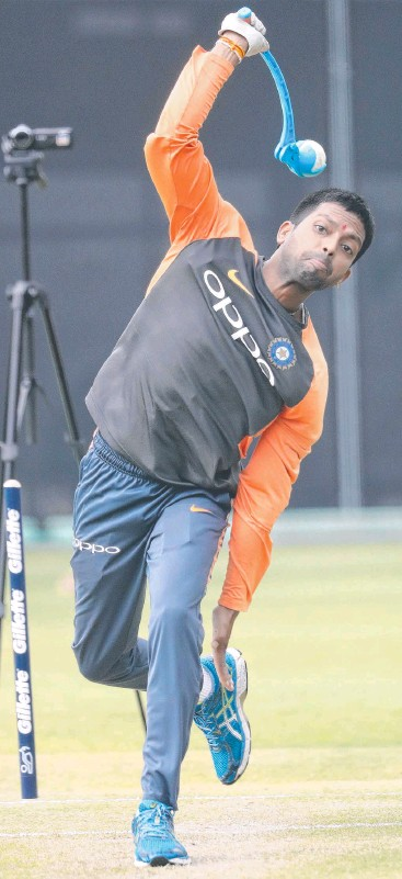 ??  ?? TRAINING MACHINE: India's bowling throw-down specialist Raghu. Picture: Peter Wallis
