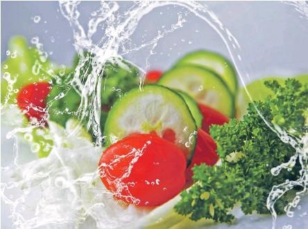 ??  ?? Овощи и фрукты полезны, когда хорошо вымыты; в противном случае они могут быть опасными для здоровья.