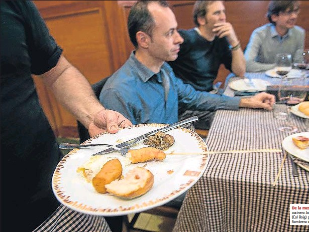 ??  ?? De la mesa a casa. cocinero Joan Colomé (Cal Boig) prepara la fiambrera del cliente El