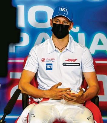 ?? Foto: Mark Sutton, dpa ?? Mick Schumacher ist voll fokussiert auf seine Aufgabe bei Haas. Mit dem US‰amerikanischen Team fährt er am Ende des Feldes, will aber der Konkurrenz Schritt für Schritt näher kommen.