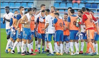??  ?? Los jugadores del Tenerife celebran el triunfo al final del partido.