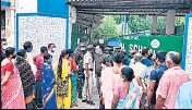 ??  ?? Voters stand in queues to cast their votes during the 6th phase in North 24 Paraganas on Thursday.
