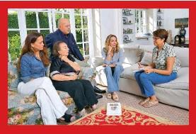 ??  ?? C'È ANCHE LA BIOGRAFIA La giornalista Sara Recordati (a destra) intervista la famiglia Pedersoli nel soggiorno di casa. Sul pouf si vede il libro in tedesco Mein Papa Bud scritto da Cristiana, che uscirà anche in Italia ad aprile.
