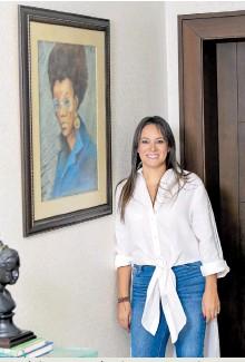 ??  ?? Una de las aficiones de Tatyana Orozco es la pintura. Aquí posa junto a uno de sus cuadros.