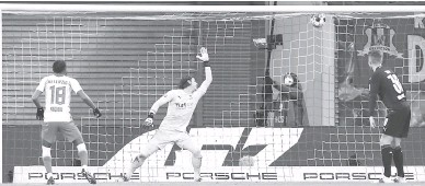 ?? — Gambar AFP ?? BOLOS: Nkunku (kiri) menjaringkan gol pada perlawanan Bundesliga Jerman di antara RB Leipzig menentang Borussia Moenchengladbach di Leipzig, Jerman, kelmarin.