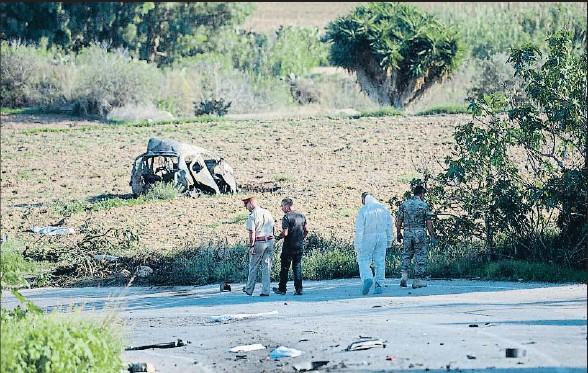 ?? STR / AFP / ARCHIVO ?? La escena del crimen, el pasado 16 de octubre, con restos carbonizados del vehículo y la víctima esparcidos entre la carretera y un campo