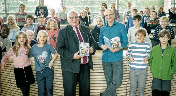 ?? FOTO: FRANK PETER ?? Landtagspräsident Klaus Schlie (Mitte links) und Buchautor Christian Tielmann stellten Grundschülern aus Kiel und Schönberg die Förde-Detektive vor.