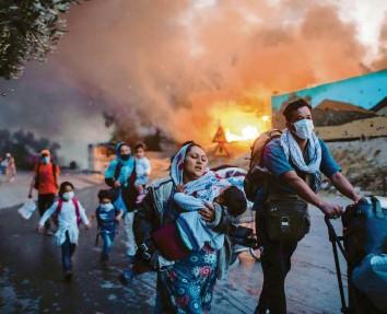 ?? Foto: Petros Giannakouris, dpa ?? Das Drama im Flüchtlingslager auf Lesbos vor einem Monat: Hier habe sich nicht das Versagen der EU offenbart, sagt Gerald Knaus, sondern viel mehr das unmenschliche Ziel mancher Regierungen in Europa.