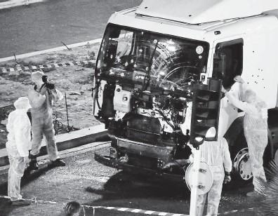 ?? Teroristé útočí na samé základy naší civilizace a my se budeme muset začít bránit všemi prostředky. Na snímku vyšetřovatelé zkoumají nákladní vůz, kterým terorista zabil při oslavách 14. července 2016 ve francouzském Nice 85 lidí. FOTO REUTERS ?? Válka je tady.