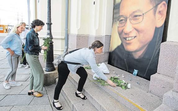 ?? Liou Siao-po byl řazen po bok těchto osobností. Jeho památku záhy po jeho smrti uctili i obyvatelé Osla před tamním Nobelovým mírovým centrem. FOTO ČTK/ AP ??
