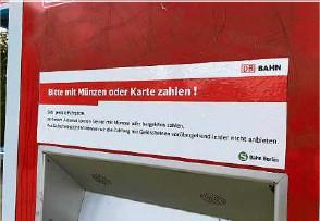 ?? Fotos (2): Claudia Braun ?? Scheine nicht erwünscht: der Fahrkartenautomat am Bahnhof Strausberg Stadt trägt diesen Aufkleber.
