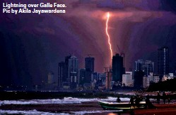??  ?? Lightning over Galle Face. Pic by Akila Jayawarden­a
