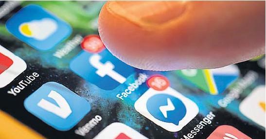 ?? AP ?? REDES SOCIALES. Un teléfono celular puede ser más poderoso que cualquier herramienta publicitaria electoral, especialmente en pandemia.