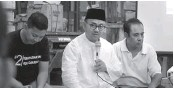 ?? TIM PEMENANGAN SUDIRMAN-IDA FOR JAWA POS ?? BERI APRESIASI: Sudirman Said berdiskusi dengan pedagang Pasar Johar di Jalan Soekarno-Hatta, Semarang, kemarin (12/6).