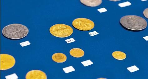 """?? Foto: Julian Schmidt, pba ?? Die Sonderausstellung """"Mariengeprägt""""im Diözesanmuseum zeigt Münzen mit Mariendarstellungen aus über tausend Jahren."""