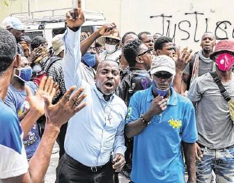 ??  ?? La población haitiana sigue en las calles de Puerto Príncipe y otras ciudades para protestar y pedir castigo para los responsables del asesinato del presidente Jovenel Moise.