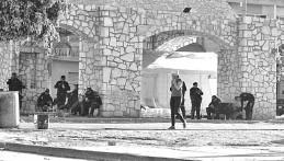 ??  ?? En la plaza principal del pueblo se mantiene un contingente de policías estatales.