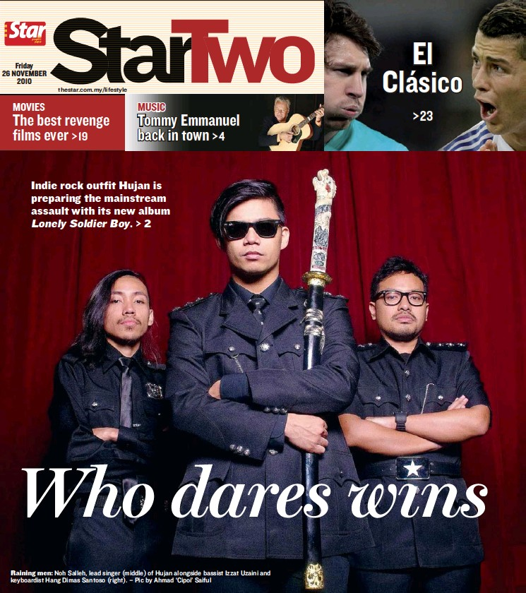 ??  ?? Rain­ing men: Noh Salleh, lead singer (mid­dle) of Hu­jan along­side bassist Iz­zat Uzaini and key­boardist Hang Di­mas San­toso (right). – Pic by Ah­mad 'Cipoi' Saiful