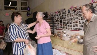 ?? / Cecilia Figueroa, Especial para La Prensa ?? La pastora Pérez ha dedicado su vida al servicio de los desamparados, un acto de amor y ministerio cristiano que realiza en la ciudad de Kissimmee.