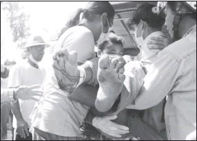 ?? -Dawei Watch/路透社 ?? 緬甸全國抗議示威活動持續,軍方週日再次向示威者開槍,至少7人喪命,數十人受傷。這是在南部城市土瓦,一名受傷的抗議者被抬上車送往治療。
